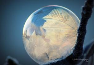 ein beliebtes Kinderspiel - Seifenblasen - im Winterzauber eingefroren